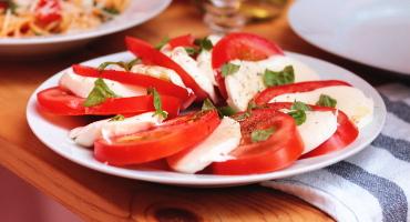 Italský salát caprese z rajčat a mozzarelly