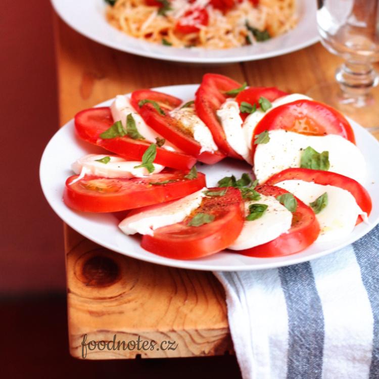 Recept na salát caprese z rajčat a mozzarelly