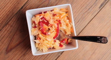 Jednoduchý salát z hlávkového zelí, mrkve a papriky