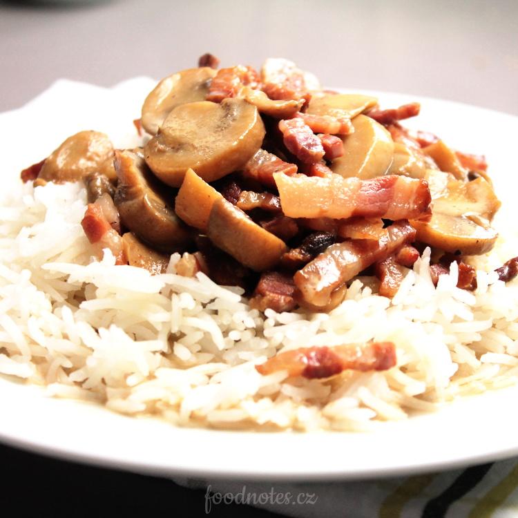 Jednoduchá směs žampionů a slaniny se smetanou k rýži