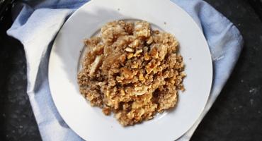Sladká quinoa s banánem, ořechy a medem - recept