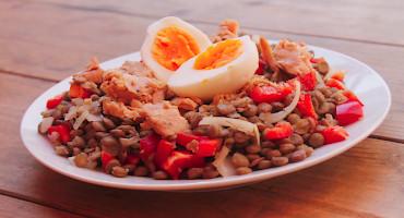 Jednoduchý čočkový salát s tuňákem a vejcem