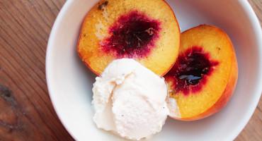 Pečené broskve se zmrzlinou, jednoduchý recept