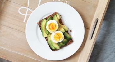 Celozrnný žitný chleba s avokádem a vajíčkem