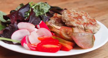 Velký zeleninový salát s vepřovými placičkami