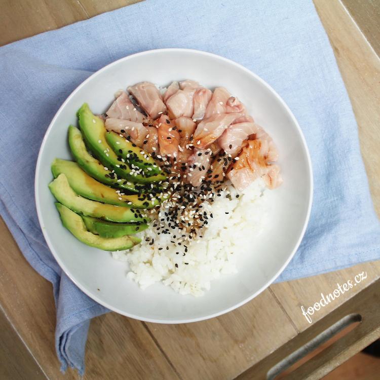 Jednoduchý recept na sushi bowl s lososem a avokádem