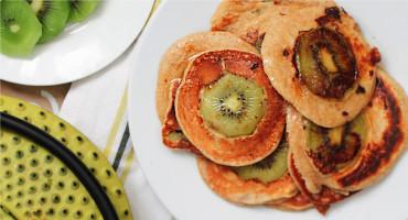 Lívance z jogurtového těsta se zázvorem a plátkem kiwi