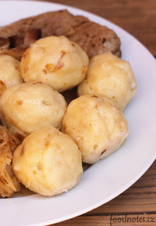 Jednoduché bramborové nočky se smaženou cibulkou