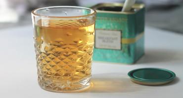 Cold brew černý čaj louhovaný za studena