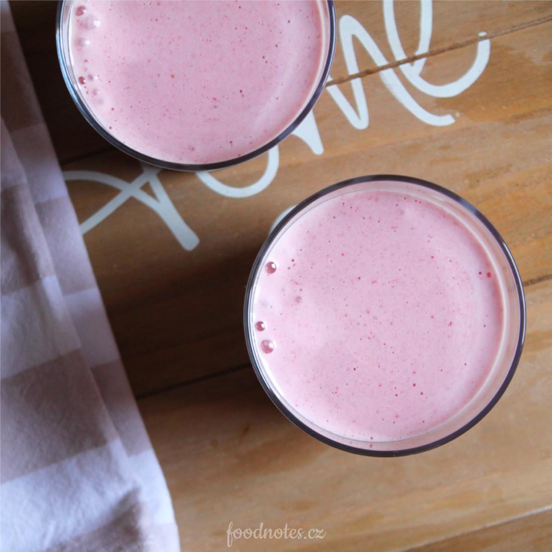 Jednoduchý recept na zdravý domácí shake z jahod a banánu