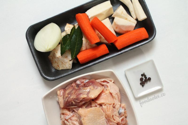 Jednoduchý recept na domácí kuřecí vývar vařený v pomalém hrnci
