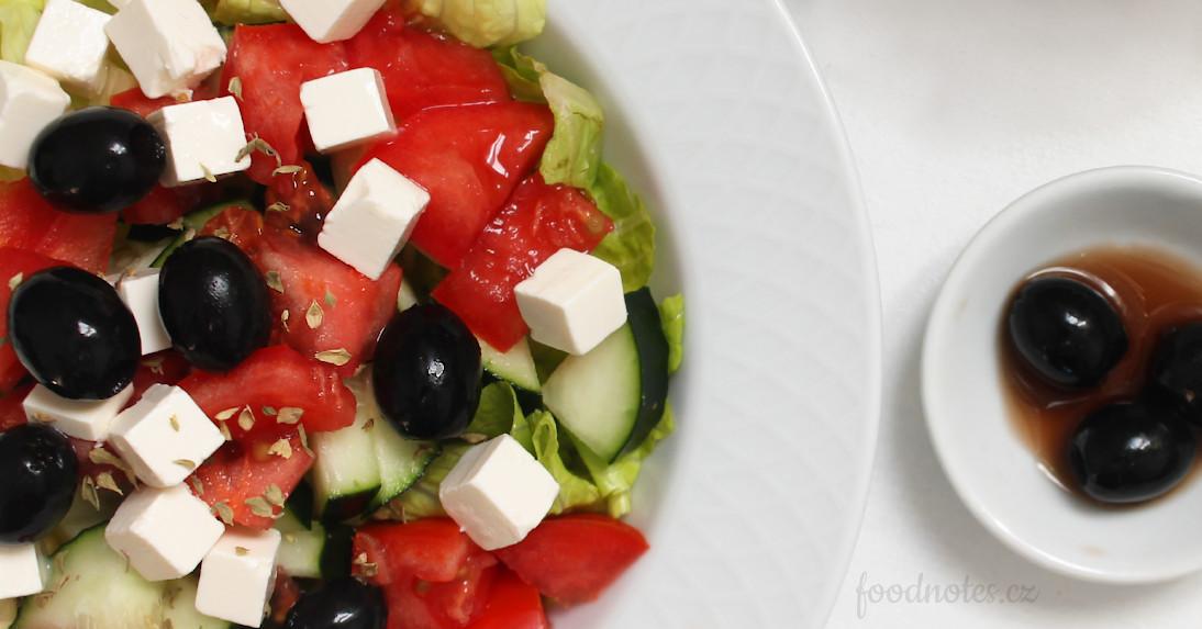 Přidání černých oliv do salátu