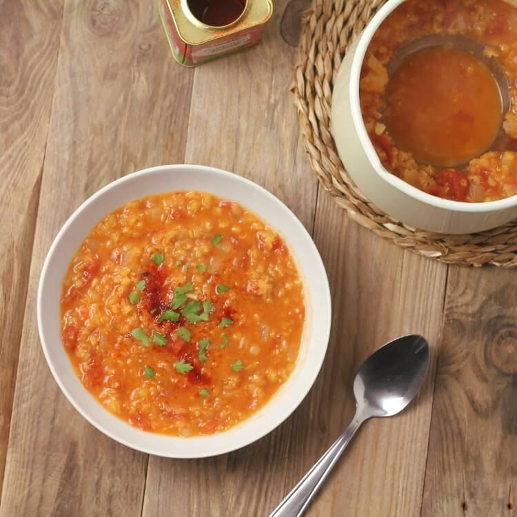 Jednoduchá polévka z červené čočky a rajčat