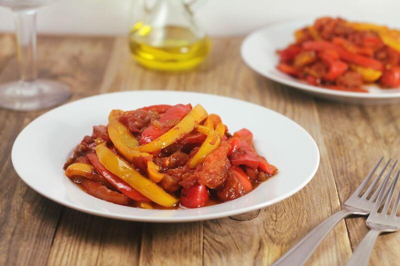 Peperonata, jednoduché italské jídlo z paprik a rajčat