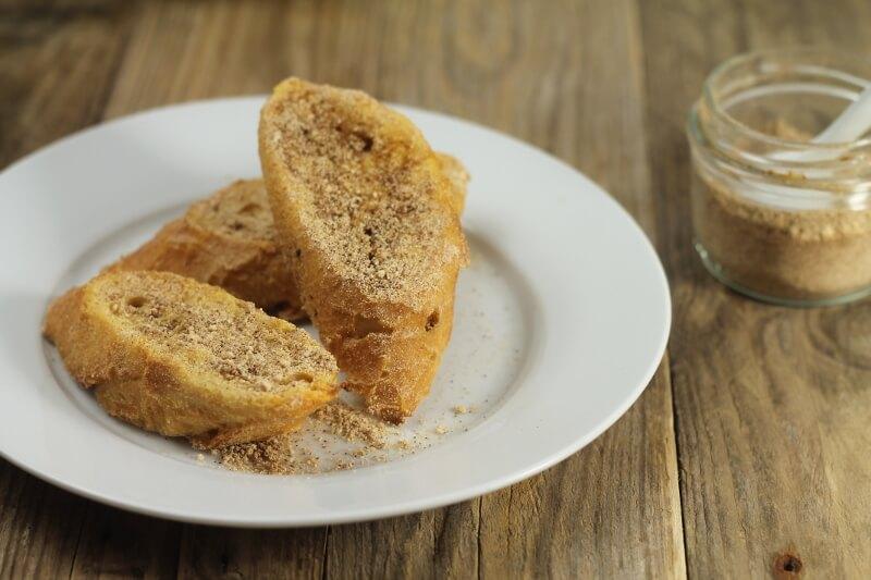 Španělské torrijas se skořicí, pečené v troubě. Jednoduchý recept na skvělou snídani
