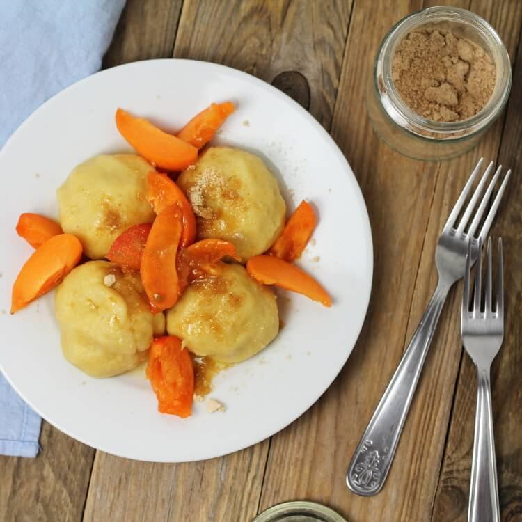 Plněné meruňkové knedlíky z bramborového těsta