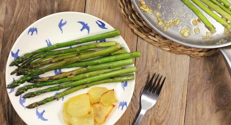 Jednoduchý jarní recept - zelený špargl na másle s česnekem
