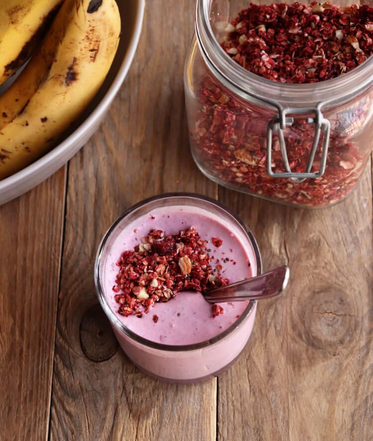 Tip na rychlou zdravou snídani - ovocný jogurt s domácí granolou