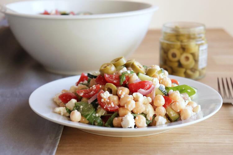 Jednoduchý recept na cizrnový salát s fetou